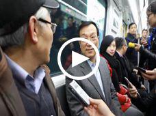 杭州市长乘坐4号线与乘客交谈