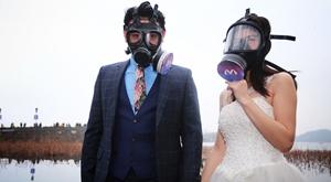 新人戴防毒面具拍婚纱 西湖边倡导环保