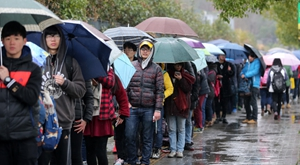 3万人雨中排长龙 只为进中国美院学艺