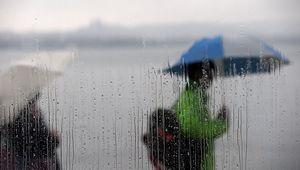 杭州阴雨绵绵 景区游客行色匆匆