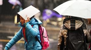 杭城雨中迎来开学日