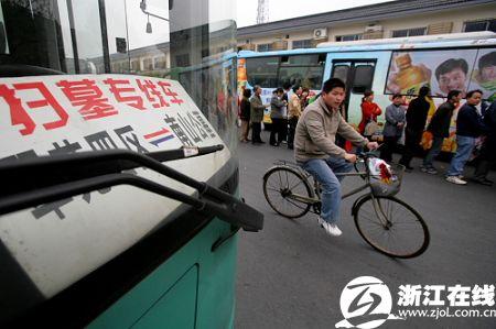 杭州清明扫墓预计249万人 12条公交专线看这里 图图片 42557 450x299