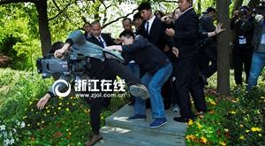 姜文杭州放鸽子还是有魅力 媒体记者追堵险摔伤
