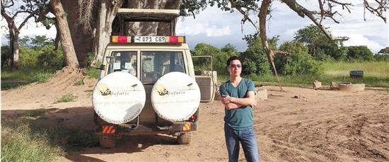 施世逸在坦桑尼亚野生动物园