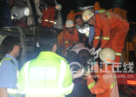 浙江温州高速发生两起追尾事故致3死8伤(组图)