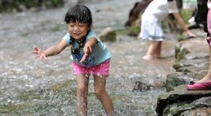 杭城热浪滚滚 市民戏水觅清凉