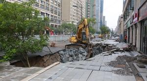 杭州下沙一小区路面大面积塌陷