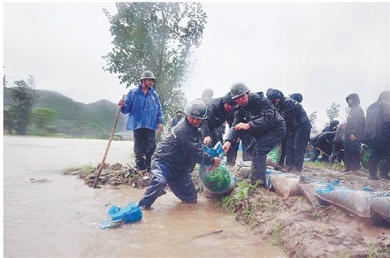 台风登陆前几小时 镇村干部还在苦口婆心劝离