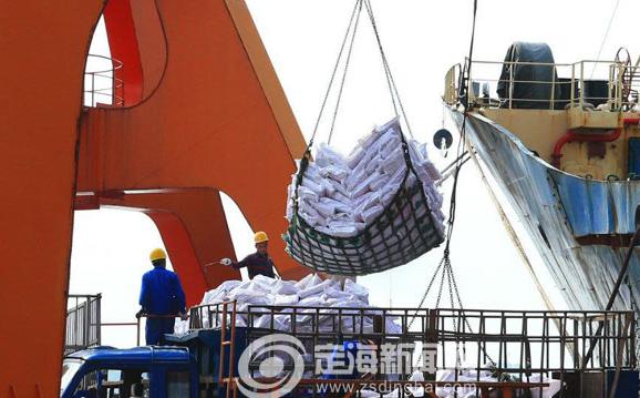 定海西码头迎台风后首艘鱿鱼船靠港卸货