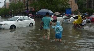 杭州暴雨早高峰 上班路上又看海
