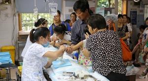 杭州大暑时晴时雨 儿童扎堆输液