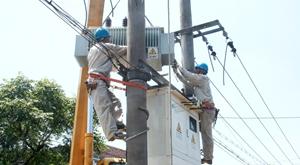 39℃高温下工作的供电工人