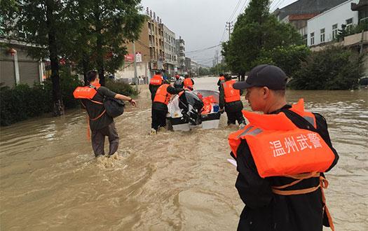 平阳麻步社区10多人被困 武警拖着冲锋舟紧急救援