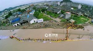 温州平阳堤坝现决口 军民合力封堵