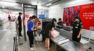 杭州地铁安检升级 乘客需过安检门