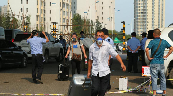 高清:天津爆炸受损小区居民戴防毒面具回家