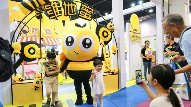 憨态可掬的小蜜蜂吸引小朋友来合影图片