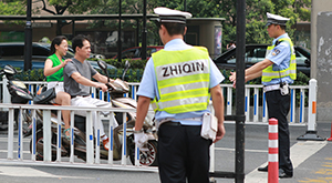 """杭州交警严查违法""""小电驴"""""""
