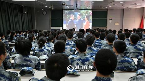 浙大学子观看抗战胜利70周年纪念大会直播