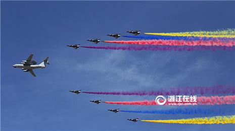 浙江在线记者现场实拍:空中方队通过