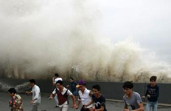 八月钱塘潮 巨浪击散观潮人