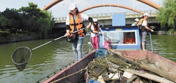 网赚分享做个河流清道夫原来这么难拿着竹网兜捞垃圾,