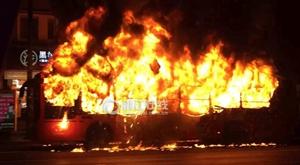 晚高峰杭州闹市区一辆公交车起火燃烧