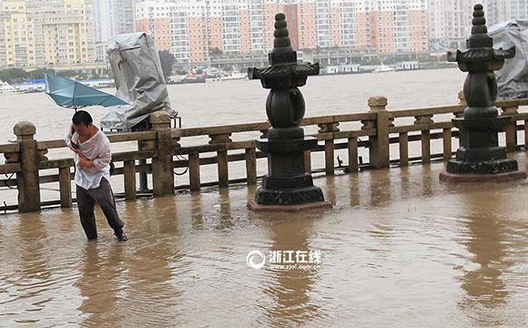 """台风""""杜鹃""""来袭 温州遭江水倒灌"""