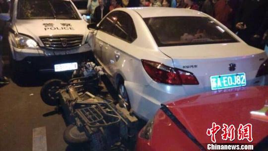 警车失控连撞数车 警方解释系避让行人(图)