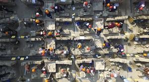 动态图:百人砌砖,壮观!