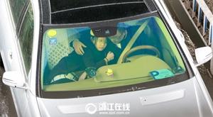 郭富城牵手开车算什么 杭州情侣搂着开