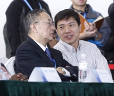 李彦宏和柳传志在会上交流
