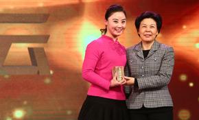 浙江省委常委、宣传部长葛慧君为杨霞云颁奖
