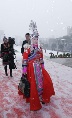 政协委员冒雪步入会场