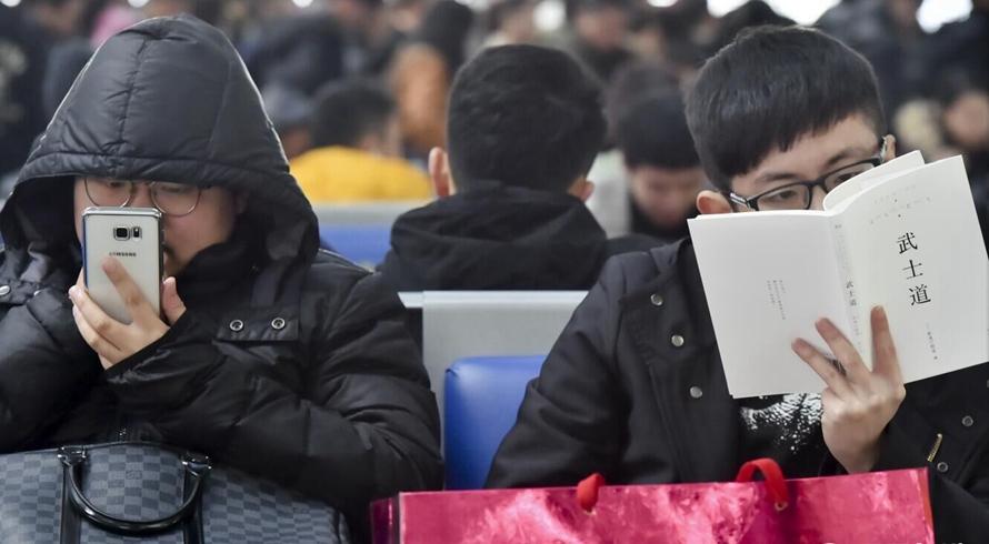春运拾趣:纸质读物PK手机低头族