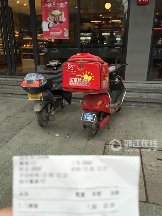 春节期间没人送外卖老板娘亲自上 杭州送餐小哥月入过万