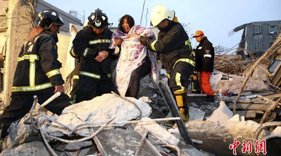 组图:台湾高雄发生6.7级地震 救援紧张进行