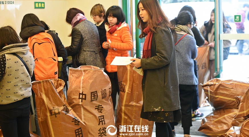 中国美院考生大包小包家当寄回家