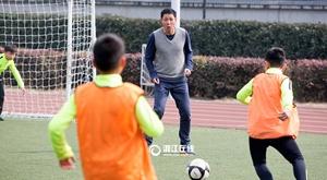 杭州一小学新学期有200场足球赛  国足前球星开球