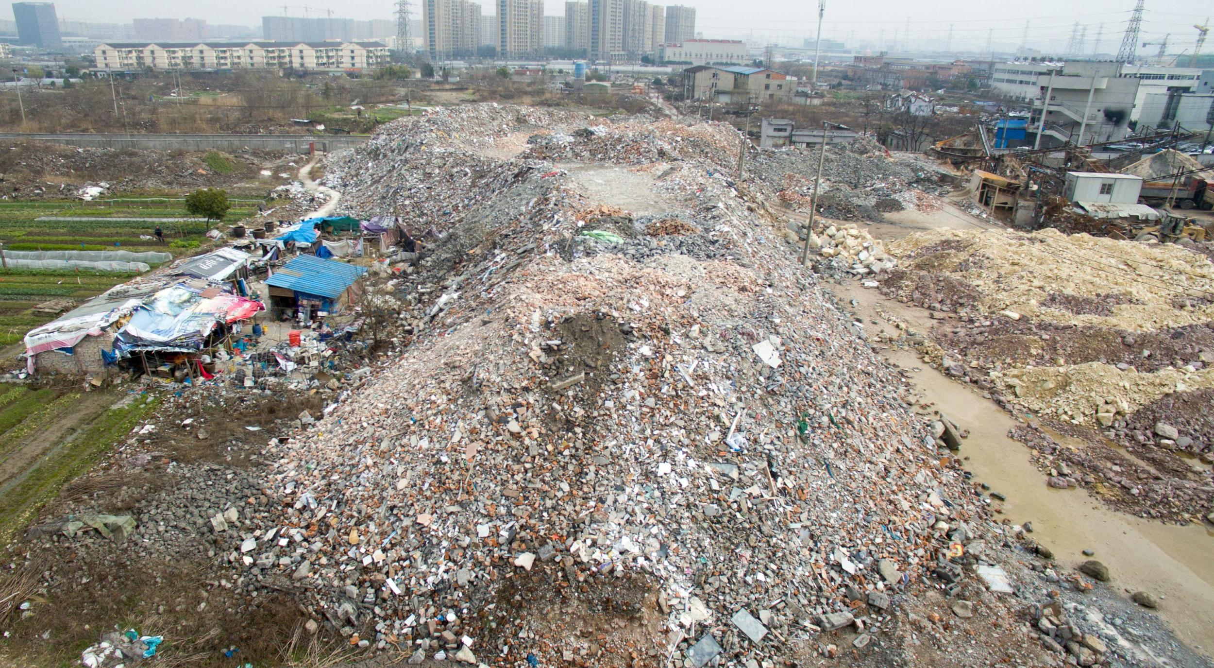 杭州城东无证垃圾处理厂占地数十亩