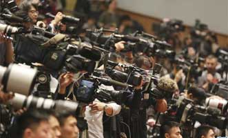 媒体记者在会场采访拍摄