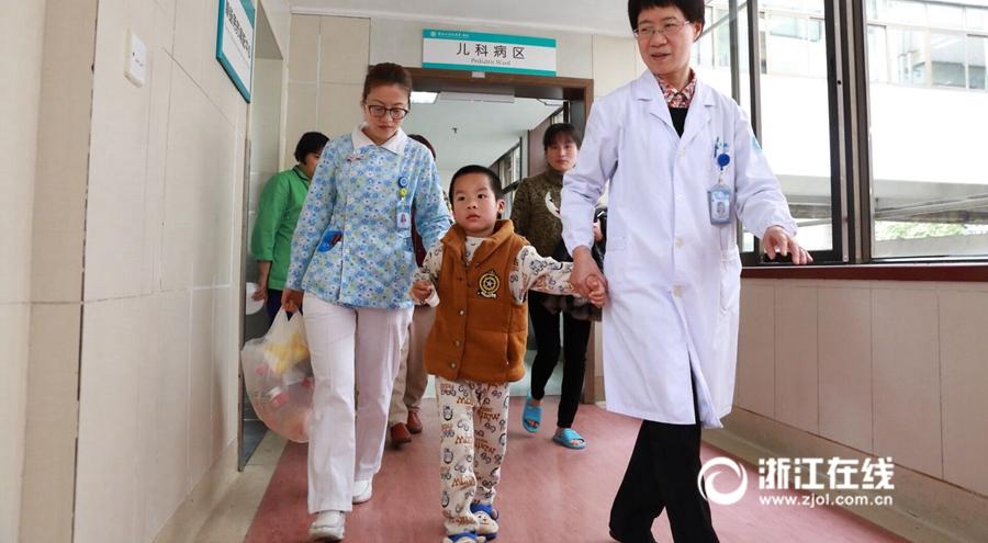 浦江获救7岁男孩出院 已能下地行走