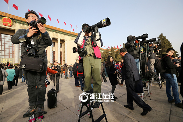 媒体记者现场采访
