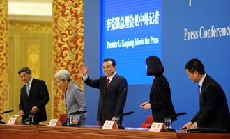 李克强总理与记者打招呼