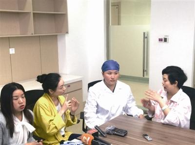 聋哑人准妈妈分娩 医护人员手写交流为她打气