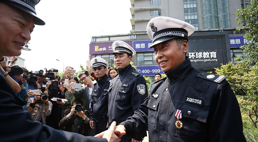 重返光荣现场 杭州塌路拦车的协警获见义勇为称号