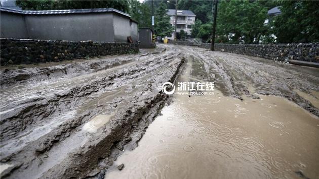 清凉峰镇杨溪村内道路泥泞 村干部已组织人员进行清理。