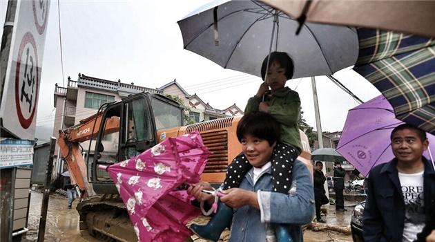 杨溪村受灾现场,群众开展生产自救