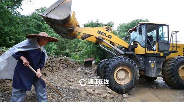 新峰村村民积极开展生产自救,清除泥石流带来的影响