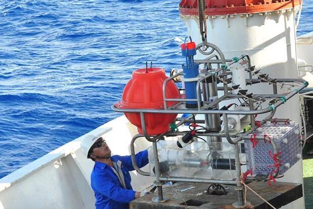 """""""向阳红09""""船在雅浦海沟开展科学调查"""